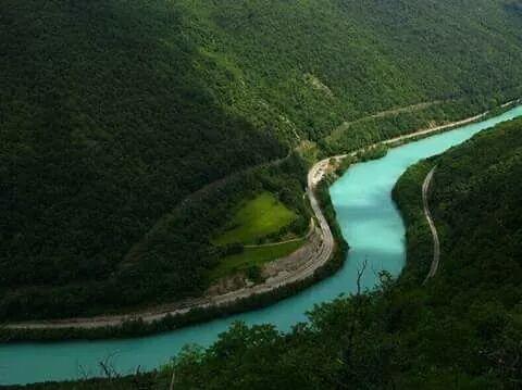 دام برس : نهر الزمرد بلونه الفيروزي العجيب من أجمل انهار العالم وأعذبها