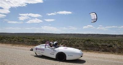 أول سيارة تطوف قارة كاملة بطاقة الرياح 52dba1d4bf29f-0_8607660