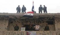 العلم الوطني يرفرف في مخيم اليرموك والحجر الأسود